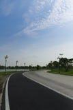 Η οδικοί καμπύλη και ο μπλε ουρανός στοκ εικόνες
