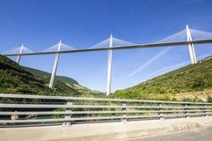 Η οδογέφυρα Millau, μια καλώδιο-μένοντη γέφυρα που εκτείνεται την κοιλάδα του ποταμού Tarn κοντά σε Millau στη νότια Γαλλία Είναι στοκ φωτογραφία
