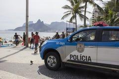 Η οδός καρναβάλι στο Ρίο έχει ενισχύσει την αστυνόμευση για να αποτρέψει τις πάλες και τις κλοπές στοκ φωτογραφίες