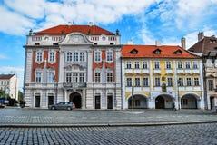 Η οδός στην Πράγα με το ζωηρόχρωμο σπίτι ενάντια στο μπλε ουρανό Στοκ εικόνα με δικαίωμα ελεύθερης χρήσης
