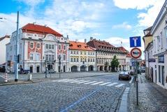 Η οδός στην Πράγα με το ζωηρόχρωμο σπίτι ενάντια στο μπλε ουρανό Στοκ Φωτογραφίες