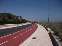 Η οδός ταχείας κυκλοφορίας στην ακτή του Κασκάις σε ένα ηλιόλουστο απόγευμα (Πορτογαλία) Στοκ Φωτογραφίες