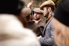Η πάλη κινηματογραφήσεων σε πρώτο πλάνο, γκάγκστερ κτυπά ένα χέρι ατόμων ` s, επίθεση γκάγκστερ, αναδρομική σε υπαίθριο Στοκ φωτογραφία με δικαίωμα ελεύθερης χρήσης