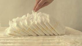 Η πάνα λέξης σχεδίασε τις πάνες μωρών σε ένα άσπρο υπόβαθρο, απομονώνει, πετσέτα, επιγραφή απόθεμα βίντεο