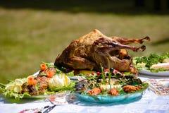 Η πάπια ψητού είναι εξ ολοκλήρου μεταξύ των πιάτων των ψαριών και του κρέατος υπαίθρια Στοκ Φωτογραφίες