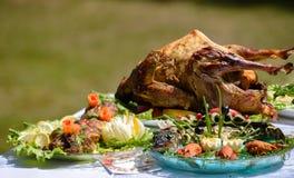 Η πάπια ψητού είναι εξ ολοκλήρου μεταξύ των πιάτων των ψαριών και του κρέατος υπαίθρια Στοκ Φωτογραφία