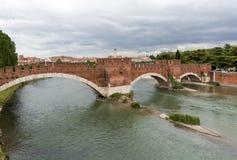 Η πέτρινη γέφυρα Ponte Pietra, μιά φορά γνωστή ως γέφυρες Marmoreus, είναι μια ρωμαϊκή γέφυρα αψίδων διασχίζοντας τον ποταμό Adig Στοκ Εικόνα