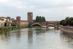 Η πέτρινη γέφυρα Ponte Pietra, μιά φορά γνωστή ως γέφυρες Marmoreus, είναι μια ρωμαϊκή γέφυρα αψίδων διασχίζοντας τον ποταμό Adig Στοκ εικόνα με δικαίωμα ελεύθερης χρήσης