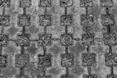 Η πέτρινη πορεία περιπάτων φραγμών στο πάρκο με το πράσινο υπόβαθρο χλόης Στοκ φωτογραφία με δικαίωμα ελεύθερης χρήσης