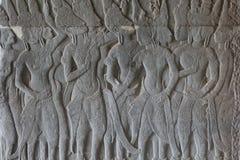 Η πέτρινη bas-ανακούφιση με τους ανθρώπινους αριθμούς στο ναό Angkor Wat, Siem συγκεντρώνει, Καμπότζη Αρσενική χάραξη πετρών αριθ Στοκ Φωτογραφίες