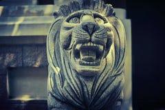 Η πέτρινη Manchurian τίγρη φρουρεί την είσοδο στοκ εικόνες