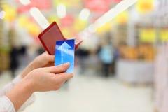 η πίστωση καρτών παίρνει τη γυναίκα καταστημάτων πορτοφολιών Στοκ εικόνες με δικαίωμα ελεύθερης χρήσης