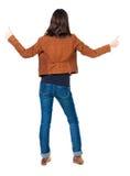 Η πίσω άποψη της γυναίκας φυλλομετρεί επάνω Στοκ εικόνες με δικαίωμα ελεύθερης χρήσης