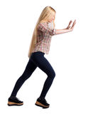 Η πίσω άποψη της γυναίκας ωθεί τον τοίχο στοκ εικόνες