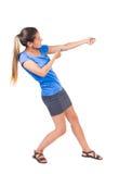 Η πίσω άποψη του μόνιμου κοριτσιού που τραβά ένα σχοινί από την κορυφή ή προσκολλάται Στοκ Εικόνα
