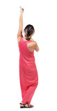 Η πίσω άποψη του μόνιμου κοριτσιού που τραβά ένα σχοινί από την κορυφή ή προσκολλάται Στοκ εικόνα με δικαίωμα ελεύθερης χρήσης