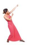 Η πίσω άποψη του μόνιμου κοριτσιού που τραβά ένα σχοινί από την κορυφή ή προσκολλάται Στοκ εικόνες με δικαίωμα ελεύθερης χρήσης