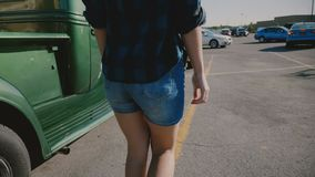 Η πίσω άποψη του νέου όμορφου αμερικανικού περπατήματος γυναικών με τ απόθεμα βίντεο