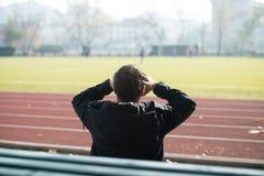 Η πίσω άποψη του νεαρού άνδρα κραυγάζει Benching στοκ φωτογραφία με δικαίωμα ελεύθερης χρήσης