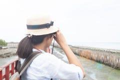 Η πίσω άποψη του ταξιδιώτη γυναικών απολαμβάνει τη φωτογραφία στοκ φωτογραφία με δικαίωμα ελεύθερης χρήσης