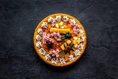 Η πίτα κολοκύθας για αποκριές διακόσμησε τις gummy αράχνες Μαύρη τοπ άποψη υποβάθρου copyspace Στοκ φωτογραφία με δικαίωμα ελεύθερης χρήσης