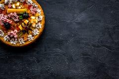 Η πίτα κολοκύθας για αποκριές διακόσμησε τις gummy αράχνες Μαύρη τοπ άποψη υποβάθρου copyspace Στοκ Φωτογραφία