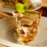 Η πίτα μήλων με τη μέντα διακοσμεί. στοκ εικόνα