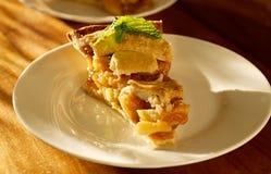 Η πίτα μήλων με τη μέντα διακοσμεί. στοκ εικόνες με δικαίωμα ελεύθερης χρήσης