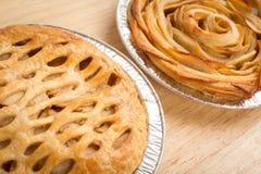 Η πίτα της Apple και η Apple αυξήθηκαν πίτα Στοκ φωτογραφία με δικαίωμα ελεύθερης χρήσης