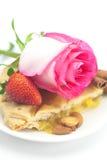 Η πίτα της Apple, κανέλα, ρόδινη αυξήθηκε, αμύγδαλα και φράουλα Στοκ Εικόνες