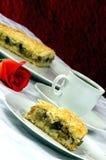 Η πίτα της Apple με ένα φλιτζάνι του καφέ και κόκκινος αυξήθηκε Στοκ Εικόνες