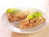 Η πίτα της Apple με τη μέντα διακοσμεί στο θερμό φως του ήλιου Στοκ Φωτογραφίες