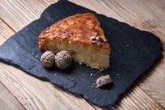 Η πίτα της Apple ξινή στον πίνακα σχιστόλιθου με τις σταφίδες, τα καρύδια και την κανέλα είναι Στοκ Φωτογραφία