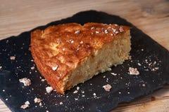 Η πίτα της Apple ξινή στον πίνακα σχιστόλιθου με τις σταφίδες, τα καρύδια και την κανέλα είναι Στοκ Εικόνες