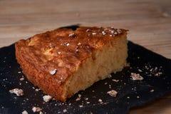 Η πίτα της Apple ξινή στον πίνακα σχιστόλιθου με τις σταφίδες, τα καρύδια και την κανέλα είναι μια εκλεκτής ποιότητας ξύλινη σύστ Στοκ φωτογραφίες με δικαίωμα ελεύθερης χρήσης