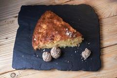 Η πίτα της Apple ξινή στον πίνακα σχιστόλιθου με τις σταφίδες, τα καρύδια και την κανέλα είναι μια εκλεκτής ποιότητας ξύλινη σύστ Στοκ Φωτογραφία