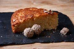 Η πίτα της Apple ξινή στον πίνακα σχιστόλιθου με τις σταφίδες, τα καρύδια και την κανέλα είναι μια εκλεκτής ποιότητας ξύλινη σύστ Στοκ Εικόνα