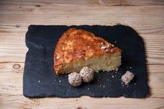 Η πίτα της Apple ξινή στον πίνακα σχιστόλιθου με τις σταφίδες, τα καρύδια και την κανέλα είναι μια εκλεκτής ποιότητας ξύλινη σύστ Στοκ Φωτογραφίες