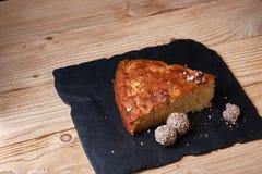 Η πίτα της Apple ξινή στον πίνακα σχιστόλιθου με τις σταφίδες, τα καρύδια και την κανέλα είναι μια εκλεκτής ποιότητας ξύλινη σύστ Στοκ φωτογραφία με δικαίωμα ελεύθερης χρήσης