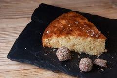 Η πίτα της Apple ξινή στον πίνακα σχιστόλιθου με τις σταφίδες, τα καρύδια και την κανέλα είναι μια εκλεκτής ποιότητας ξύλινη σύστ Στοκ Εικόνες