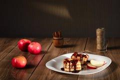 Η πίτα της Apple ψιλόβρεξε με τη σοκολάτα Στοκ φωτογραφίες με δικαίωμα ελεύθερης χρήσης