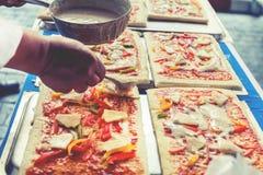 Η πίτσα είναι ένα ιταλικό εστιατόριο που είναι δημοφιλές σε όλο τον κόσμο που μαγειρεύεται από τους αρχιμάγειρες που είναι σε θέσ στοκ φωτογραφίες