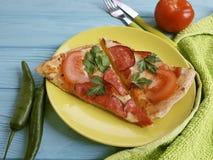 Η πίτσα με μια κινηματογράφηση σε πρώτο πλάνο λουκάνικων έψησε το ιταλικό λαχανικό γευμάτων δικράνων μαχαιριών τροφίμων σε έναν ξ Στοκ φωτογραφία με δικαίωμα ελεύθερης χρήσης