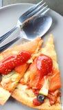 Η πίτσα σολομών κόβεται σε έτοιμο να φάει Στοκ εικόνα με δικαίωμα ελεύθερης χρήσης