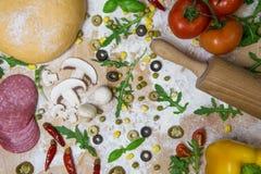Η πίτσα DIY το κάνει οι ίδιοι - ζύμη πιτσών στοκ εικόνες
