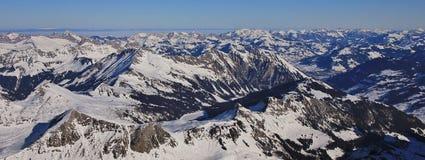 Η παγωμένη λίμνη Arnensee και το βουνό κυμαίνονται κοντά σε Gstaad, Switzerlan Στοκ εικόνα με δικαίωμα ελεύθερης χρήσης