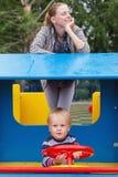 η παιδική χαρά μητέρων παιδιών στέλνει τις σκέψεις γιων Στοκ Εικόνα