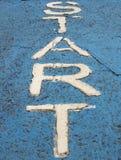 Η παλαιά άσπρη λέξη έναρξης στο έδαφος στοκ εικόνα με δικαίωμα ελεύθερης χρήσης