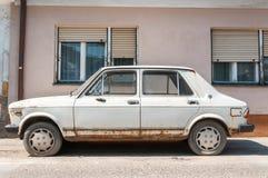 Η παλαιά άσπρη σκουριασμένη Φίατ Zastava 101 αυτοκίνητο έκανε στην πόλη Kragujevac, που εγκαταλείφθηκε στην οδό Στοκ φωτογραφίες με δικαίωμα ελεύθερης χρήσης