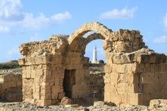 Η παλαιά έλξη θρησκείας εκκλησιών βασιλικών σχηματίζει αψίδα τις καταστροφές αψίδων ενός κτηρίου πετρών στοκ εικόνα με δικαίωμα ελεύθερης χρήσης